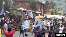 Manifestants brandissant des drapeaux de l'Ambazonie, Bamenda, Cameroun, le 1er octobre 2017.