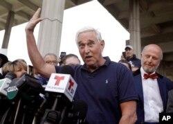 로버트 뮬러 특검에 의해 기소된 도널드 트럼프 미국 대통령의 측근 로저 스톤 씨가 25일 관련 심리가 열린 플로리다주 포트로더데일 연방법원 앞에서 발언하고 있다.