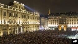 Miles de personas se reunieron para un momento de silencio por las víctimas del mortal ataque en París.