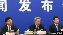 2016年11月7日,中国人大常委会香港基本法委员会主任李飞在记者会上回答关于香港立法会议员宣誓资格的问题。(美国之音叶兵拍摄)