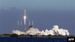 Hỏa tiễn Falcon 9 được phóng lên từ mũi Canaveral, bang Florida hôm 8 tháng 12, 2010