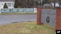 """Spanduk """"Selamat Datang siswa SD Sandy Hook """" dipasang di depan kampus Sekolah Chalk Hill di Monroe, Connecticut. Sekolah ini digunakan untuk menampung para siswa SD Sandy Hook untuk kembali masuk sekolah untuk pertama kalinya (3/1) pasca tragedi penembakan 14 Desember lalu. (AP Photo/The Newtown Bee, Andy Hutchison)"""