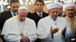 El papa Francisco ora junta al Gran Mufti de Estambul, Rahmi Yaran, en la mezquita Sultan Ahmet de Turquía.