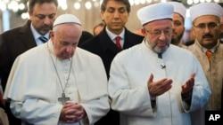 Paus Fransiskus bersama pemimpin besar Islam di Istanbul, Rahmi Yaran, berdoa di masjid Sultan Ahmet di Istanbul, Turki (29/11). (AP/L'Osservatore Romano)