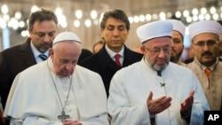 Türkiye ziyaretinin ikinci gününe İstanbul'da devam eden Papa Francis, Sultanahmet Camisi'nde, İstanbul Müftüsü Prof. Dr. Rahmi Yaran'la birlikte dua etti.