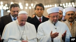 Papa i veliki muftija Istambula, Rahmi Jaran, se mole skupa tokom papine posete Turskoj u džamiji Sultan Ahmet
