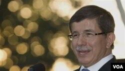 Menteri luar negeri Turki Ahmet Davutoglu mengukuhkan dicegatnya truk berisi senjata dari Iran (5/8).