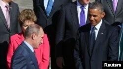 Ruski predsednik Vladimir Putin prolazi pored brazilske predsednice Dilme Rusef i američkog predsednika Baraka Obame na samitu G20 u Sankt Peterburgu.
