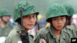 Binh sĩ trẻ của Quân đội Độc lập Kachin (KIA) canh gác tại một doanh trại trong bang Karen gần biên giới Thái Lan.