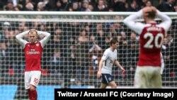 Les joueurs d'Arsenal se tiennent la tête après la défaite contre Tottenham (1-0), Grande-Bretagne, 10 février 2018