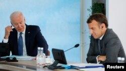 资料照片:美国总统拜登和法国总统马克龙在英国康沃尔郡卡比斯湾参加 G7 峰会的全体会议。(2021年6 月13 日)