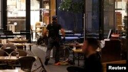 La policía busca explosivos tras el ataque en un restaurante de Tel Aviv.