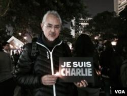 香港政治漫畫家尊子參與燭光悼念活動,表示對法國查理周刊槍擊案死難者感同身受。