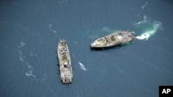 Kapal perang Swedia melakukan patroli di perairan Stockholm setelah terdeteksinya kapal selam asing di sana (19/10).