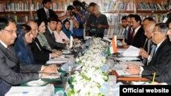 Pembicaraan antara Pakistan dan India yang dipimpin oleh Menteri Luar Negeri Pakistan Hina Rabbani Khar dan Menteri Luar Negeri India S.M. Karishna di Islamabad. (Foto: AP)