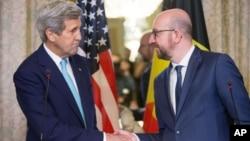 25일 벨기에를 방문한 존 케리 미 국무장관(왼쪽)이 샤를 미셸 벨기에 총리와 공동기자회견을 가진 후 악수하고 있다.