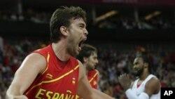Marc Gasol berteriak kegirangan ketika berhasil mencetak poin pada menit terakhir dalam pertandingan melawan Prancis, membawa Spanyol ke babak semifinal (foto, 8/8/2012).