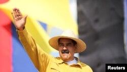 En la foto, el presidente de Venezuela, Nicolás Maduro, saluda durante una manifestación electoral en San Fernando, Venezuela, el 12 de mayo de 2018.