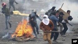 Manifestantes opuestos al gobierno huyen de la policía durante enfrentamiento en Ecuador