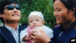 陈光诚案据评对当局更具爆炸力。图为美国之音中文部电视报道显示的陈光诚夫妇和孩子画面。