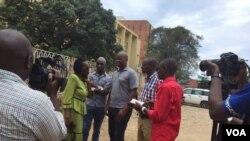 Judith Basutama kumwe n'abamenyeshamakuru bagenzi biwe imbere y'ahakorera sentare nkuru ya Mukaza mu Burundi