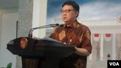 Menteri Dalam Negeri Tjahjo Kumolo menyampaikan penjelasan kepada pers di Jakarta, Rabu 4/2 (foto: VOA/Iris Gera).