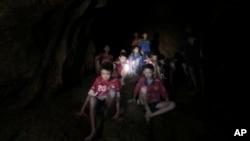 بچوں تک پہنچنے والے غوطہ خوروں نے ان کی ایک ویڈیو بھی جاری کی ہے جس میں بچوں کو غار کے اندر سیلابی پانی سے گھری ایک چٹان پر بیٹھے دیکھا جاسکتا ہے۔