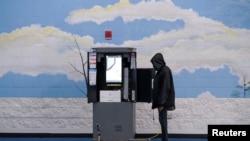 Para pemilih melaksanakan hak pilih dalam pemilu anggota Senat negara bagian Georgia, di tempat pemungutan suara di Kabupaten Fulton, di Atlanta, Georgia, 5 Januari 2021.