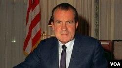 1969年2月16日,尼克松總統在白宮辦公的照片