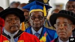 El presidente de Zimbabue, Robert Mugabe, arriba a una ceremonia de graduación en Harare, la capital de Zimbabue, en el primer acto público en el que participa desde que fue sometido a arresto domiciliario.