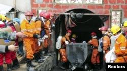 Lực lượng cứu hộ tại mỏ than kéo một cỗ xe ra khỏi một mỏ than trong tỉnh Quý Châu sau vụ nổ.