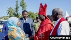 Makamu wa Rais Samia Suluhu Hassan akisalimiana na Mkuu wa Kanisa la KKKT Dkt Fredrick Shoo.