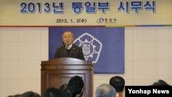2일 한국 서울 세종로 정부 청사에서 열린 통일부 시무식에서 인사말을 하는 류우익 통일부장관. (자료사진)
