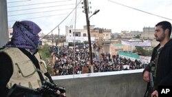 敘利亞叛變軍人上星期五在建築物天台上保護示威者