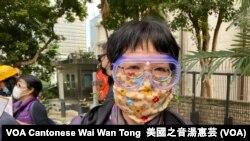 遊行人士張太戴上眼罩和用手帕及防塵紙自製的口罩 (攝影:美國之音湯惠芸)