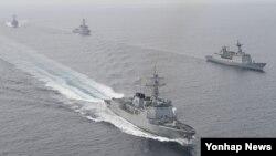 26일 한국 동해 상에서 실시된 미한 연합 해군훈련에 참가한 한국 해군 서애류성룡함(앞쪽부터), 강감찬함, 율곡이이함, 미 해군 스프루언스함이 전술기동을 하고 있다