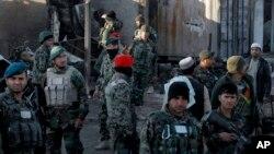 Pasukan keamanan Afghanistan memeriksa kerusakan setelah bentrokan dengan pejuang Talban di Kandahar, Afghanistan, 9 Desember 2015 (foto: AP Photos/Allauddin Khan)