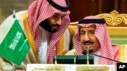 Raja Arab Saudi Salman (kanan) dan Putra Mahkota Mohammed bin Salman