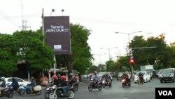 Baliho yang mengekspresikan reaksi warga Surabaya terhadap para teroris. (Foto: VOA/Nurhadi)