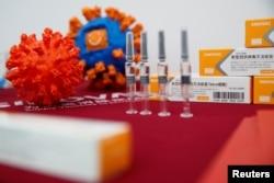 Display Vaksin COVID-19 Sinovac Biotech di Beijing, Cina, 24 September 2020. (REUTERS / Thomas Peter)