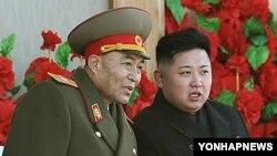 실각 전인 지난 2월 김정은 국방위 제1위원장(오른쪽)과 대화하는 리영호 전 북한군 총참모장.