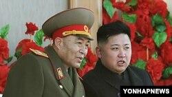 올해 2월 군사퍼레이드를 참관하며 대화를 나누는 김정은 국방위원회 제1위원장(오른쪽) 리영호 총참모장.