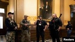 ARHIVA - Pristalice bivšeg predsednika Donalda Trampa u zgradi Kongresa