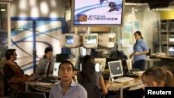 Nhân viên đài truyền hình đối lập Globovision làm việc trong phòng thu âm ở Caracas, Venezuela.