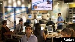 Para pekerja stasiun Televisi milik oposisi Venezuela, Globovision, tengah bekerja di studio utama Stasiun tersebut di Caracas, Venezuela (Foto: dok).
