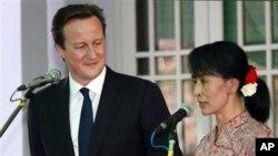 Tokoh demokrasi Burma, Aung San Suu Kyi (kanan) bersama PM David Cameron melakukan konferensi pers bersama di Rangoon, Jumat (13/4).