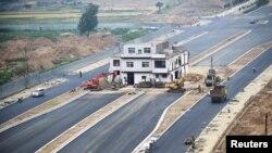 2015年5月16日新建马路中间的河南洛阳三层钉子户