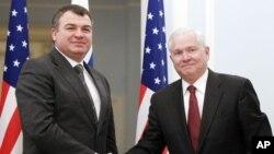 22 مارچ، ماسکو، امریکی وزیر دفاع رابرٹ گیٹس روسی وزیر دفاع اناتولی سرڈیوکوف سے ملاقات کررہے ہیں۔