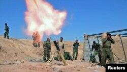 Lực lượng Peshmerga của người Kurd bắn súng cối trong cuộc đụng độ với các tay súng Nhà nước Hồi giáo trong khu vực al-Zerga gần thành phố Tikrit, Iraq.