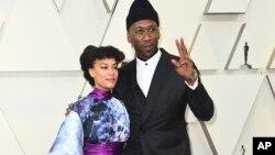 Amatus Sami-Karim, kushoto na mumewe Mahershala Ali wakiwasili katika tamasha la Oscar, Februari 24, 2019.